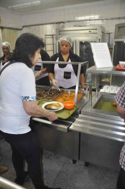 Comendo: Aumento no consumo de pescado na Semana Santa também faz parte da tradição (Foto: Divulgação)