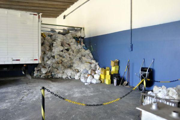 Caminhão levava material da empresa para depósito de lixo municipal e resíduos caíam pelo trajeto, segundo moradores (foto: Paulo Dimas - Arquivo)