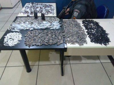 Polícia prende cinco jovens e cerca de 1,5 mil pinos de cocaína (crédito PM)