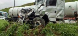 Carreta tomba em cima de carro na Via Dutra em Barra Mansa