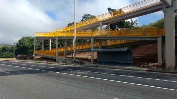 Entregue: Estrutura construída no km 242,7 da via Dutra será liberada para uso dos pedestres nesta quinta-feira (22); rodovia recebe 18 novas passarelas até o final do ano