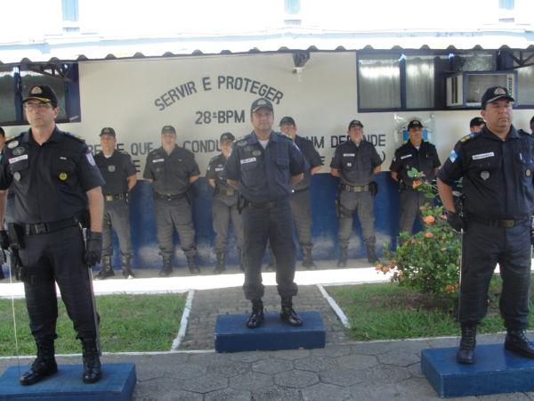 Atento: Veras (à esquerda, em foto do dia em que assumiu o 28 BPM) acompanha de perto as ações de traficantes no Complexo Vila Brasília