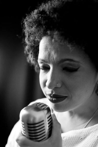 A cantora Carina Sandré, aniversariante do dia