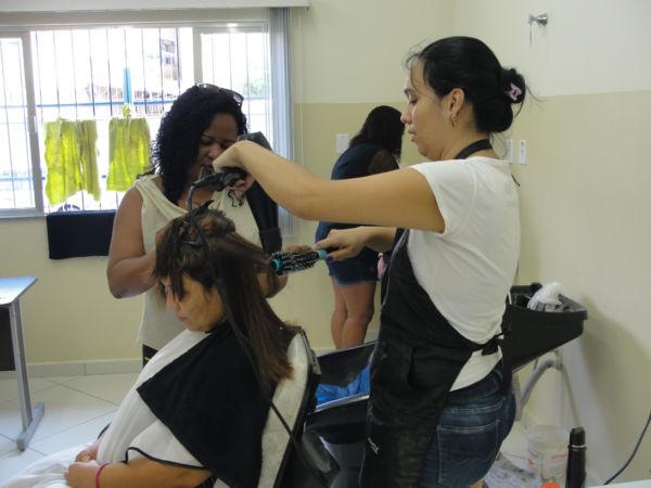 Salão: Corte de cabelo é uma das aulas mais procuradas nas unidades dos Cras (Foto: Júlio Amaral)