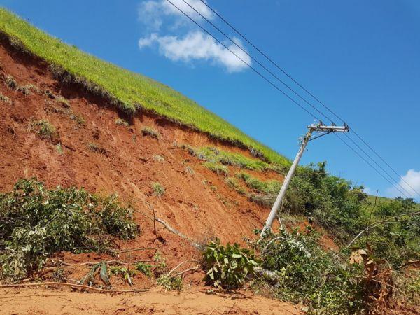 Reparos: Deslocamento de postes de luz e queda de barreiras foram alguns dos transtornos provocados pela chuva na zona rural - Divulgação