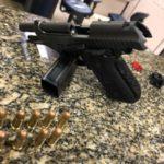 Arma foi encontrada com um dos suspeitos de atirar contra PMs (crédito PM)