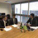 No gabinete: Ednardo, acompanhado de Alexandre Serfiotis, conversa com Alexandre Baldy