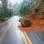 Rodovia esta parcialmente interditada devido queda de barreira (crédito PRF)