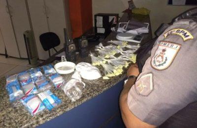 Suspeitos abandonam drogas com a chegada da polícia à Vila Brasília (crédito PM)
