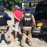 Prisão: Homens deixariam o veículo com o entorpecente no estacionamento da rodoviária de Resende (Foto: Cedida pela PRF)