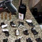 Jovens são presos com drogas, armas e munições (crédito PM)