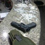 Arma e drogas apreendidas foram levadas para a delegacia de Volta Redonda