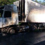 Caminhão ficou parcialmente destruído e carga vazou para pista