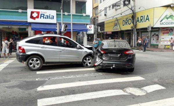 Colisão: Carros batem na Amaral Peixoto. (Foto: Divulgação.)