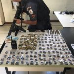 Arma, drogas e munições foram encontradas no veículo do suspeito