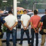 Clonagem: No veículo foram encontrados cartão bancário, máquina de cartão de crédito e um telefone, além de droga (Foto: Cedida pela PRF)
