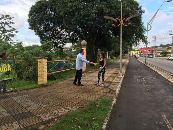 Nelson Gonçalves conversa com moradora sobre importância de ações para evitar desperdício de água (foto: Assessoria Comunicação)
