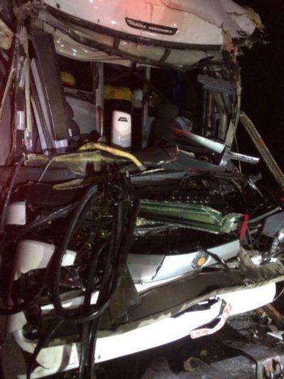 Frente do ônibus ficou parcialmente destruída com o acidente