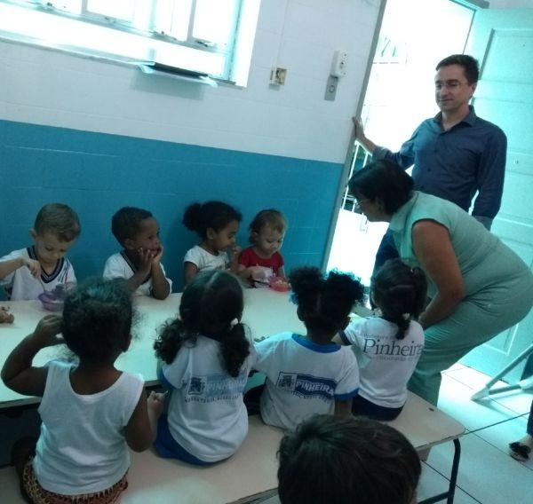 Chegando: Ednardo visita sala de uma creche (Foto: PMPinheiral)