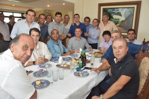 O governador Pezão, prefeitos e deputados da região durante encontro na casa de Neto (foto: Ana Paula Silva)