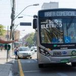 Ônibus elétricos vão transportar pessoas e fomentar o comércio na cidade