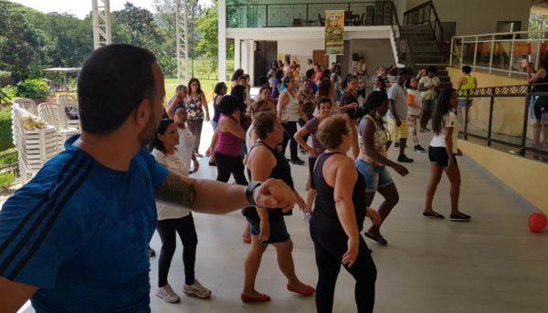 Idosos participam de atividades físicas durante passeio em sítio de Resende (PMBM)