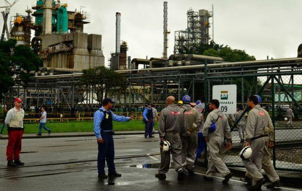 Trabalhadores terceirizados adentram a refinaria de Cubatão, durante a greve dos petroleiros (crédito AB)