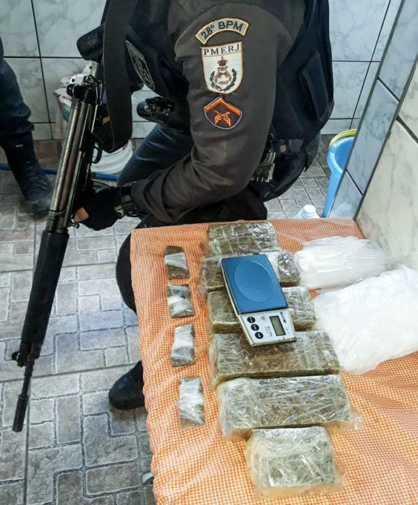 Droga jogada no rio é apreendida pela polícia e suspeito de tráfico é preso. (crédito PM)