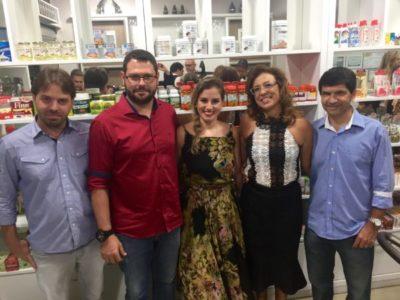Diego Zervas, João Luiz Amory, Juliana Quinane sendo anfitrionados pelos empresários  Fernanda Bruno e Romildo Amaral (Foto: Divulgação)