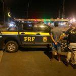 Jovem é preso com réplica de arma e drogas em ônibus (crédito PRF)