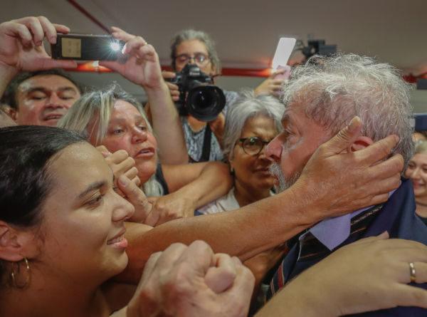 Lula está em sindicato que reúne milhares de seguidores nas ruas próximas