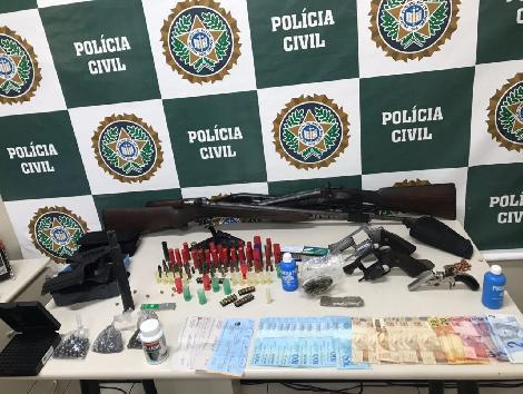 A PM pum revólver calibre 38, seis munições do mesmo calibre, um celular e R$ 430, em dinheiro.