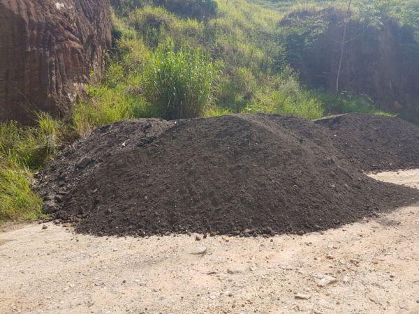 Em obras: Escória já está sendo colocada na estrada do Morro Grande pela Prefeitura de Quatis. (Foto: Divulgação)