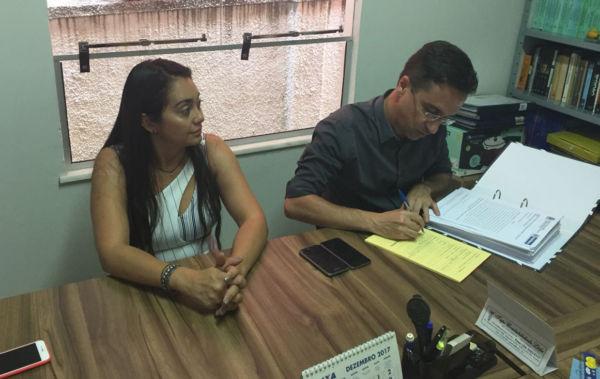 Preto no branco: Ednardo protocoliza projeto de regularização fundiária no cartório de Pinheiral
