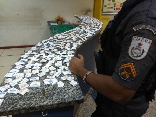 Polícia prende suspeito de portar quase meio quilo de cocaína. (crédito PM)