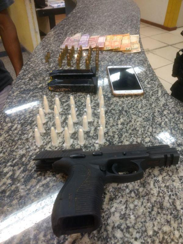 Suspeito: Serginho foi indiciado por tentativa de homicídio, porte ilegal de arma e tráfico de drogas. (Foto: PM).