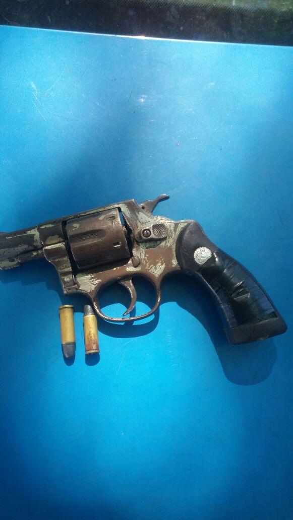 Arma: Jovem arremessou revolver  revólver, calibre 32,  na mata. (Foto: Divulgação.)
