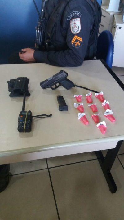 Arma e drogas apreendidas durante ação da polícia no Bracuhy