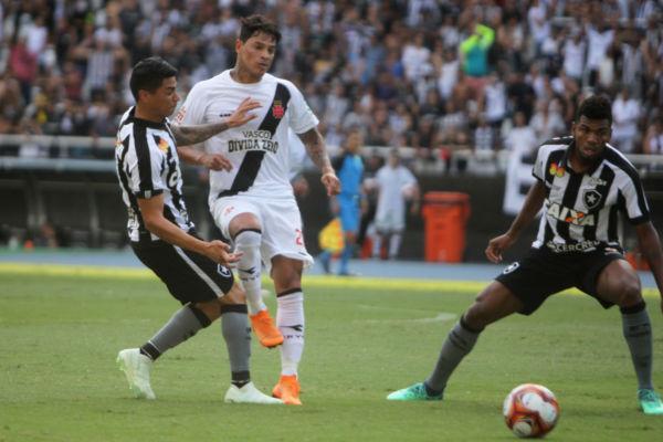 Na frente: Vitória deixa o Vasco em vantagem para a segunda partida