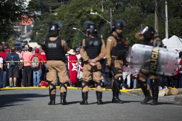 Polícia Militar reforça a segurança do perímetro da superintendência da polícia federal na capital paranaense, após a prisão do ex-presidente Lula