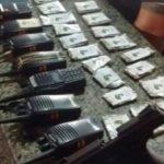 Arma, rádios, drogas e dinheiro foram apreendidas em condomínio (crédito PM)