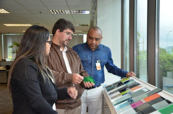 Diálogo: Prefeito de Porto Real, Ailton Marques, à direita, observa produto mostrado por executivo da Guardian
