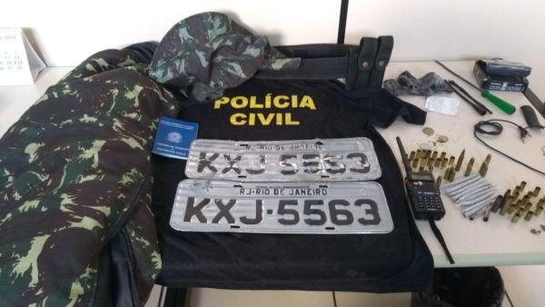 Blusa falsificada da Polícia Civil foi encontrada em um dos carros apreendidos em Angra dos Reis (foto: Cedida pela Polícia Civil)