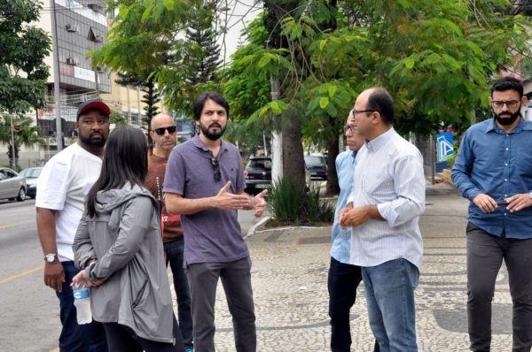 No local: Samuca conversa com secretários durante caminha na Rua 33 (Foto: Geraldo Gonçalves – Secom/VR)