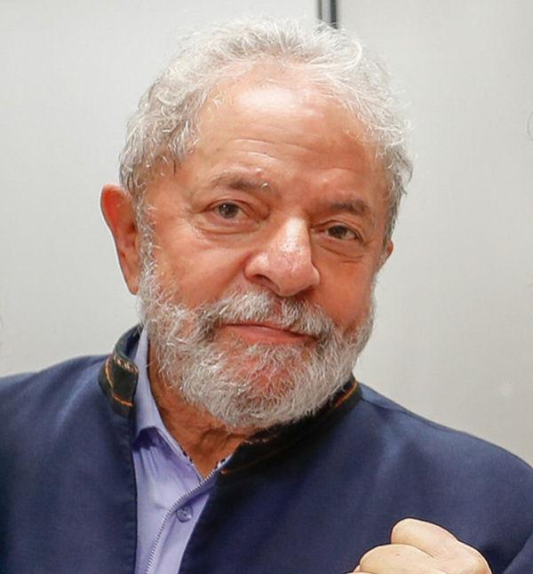 Lula deixa o prédio do sindicato do ABC e deve se pronunciar ao público (crédito AB)