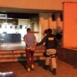 Foragido da Justiça que  viajava em ônibus é preso (crédito PRF)