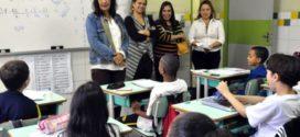 Secretária conversa com alunos  para saber prioridades de escola de Volta Redonda