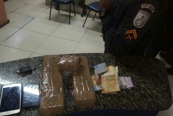 Flagrante: Droga estava com casal que foi abordado no bairro Surubi Velho, em Resende (Foto: Cedida pela PM)