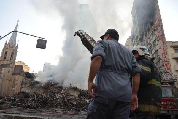 Após controlar incêndio, bombeiros fazem rescaldo no prédio (Foto: Rovena Rosa/Agência Brasil)