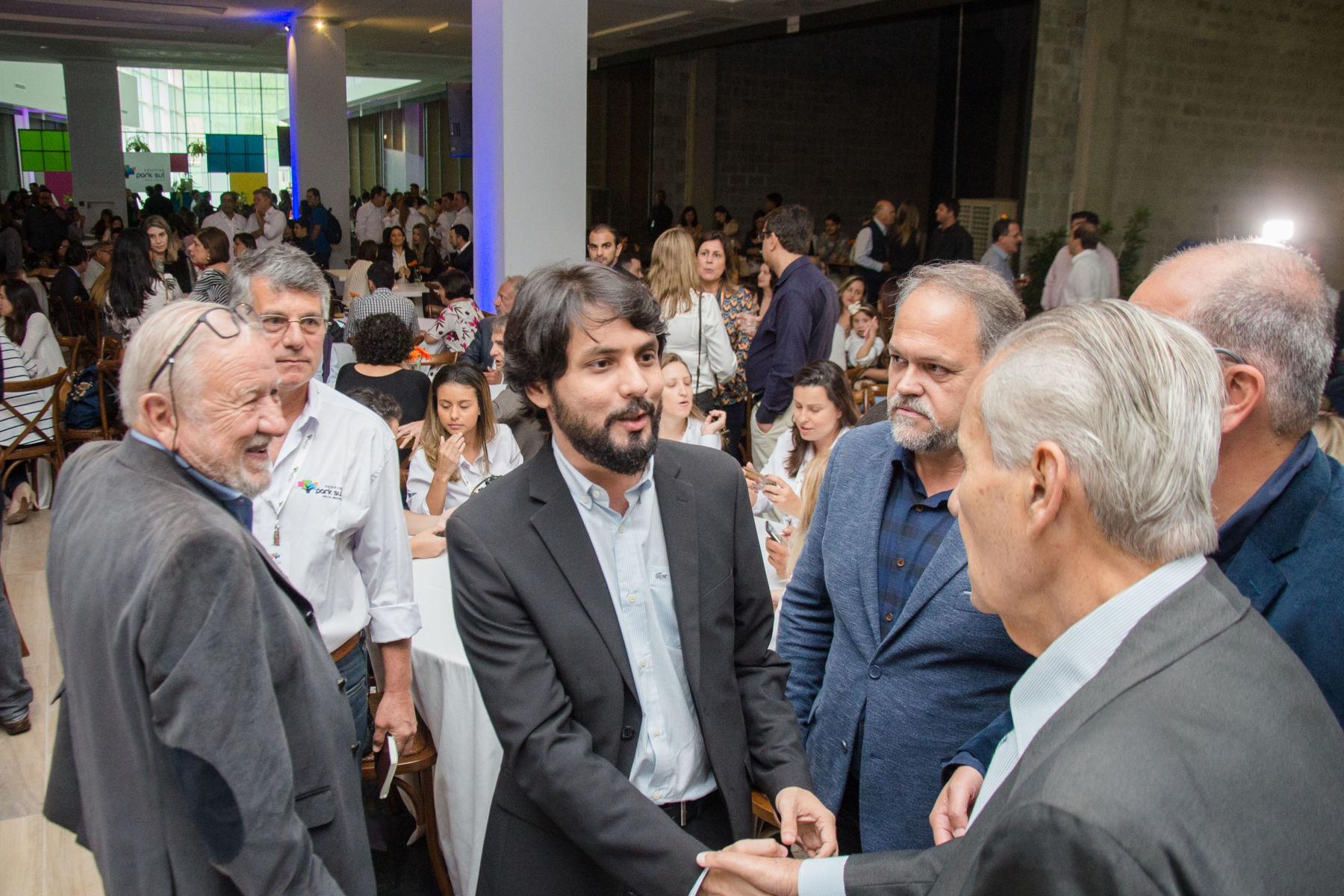 b1fafc223a No local  Prefeito Samuca Silva conversa com empresários durante a  cerimônia de entrega das lojas